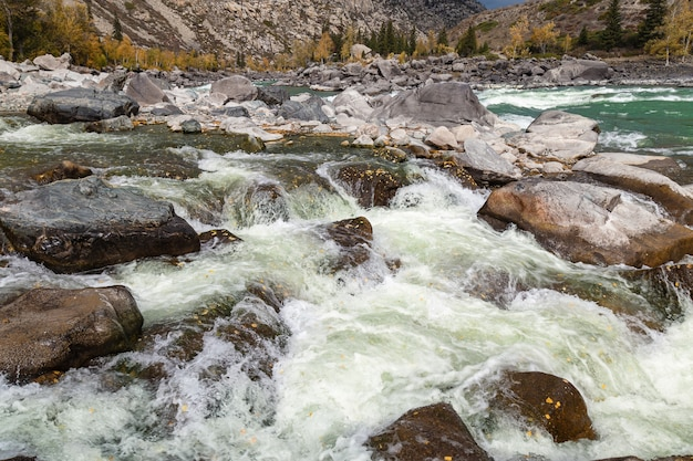 ターコイズブルーの水と大きな石のあるカトゥニ川アルタイシベリアロシア秋の自然の風景