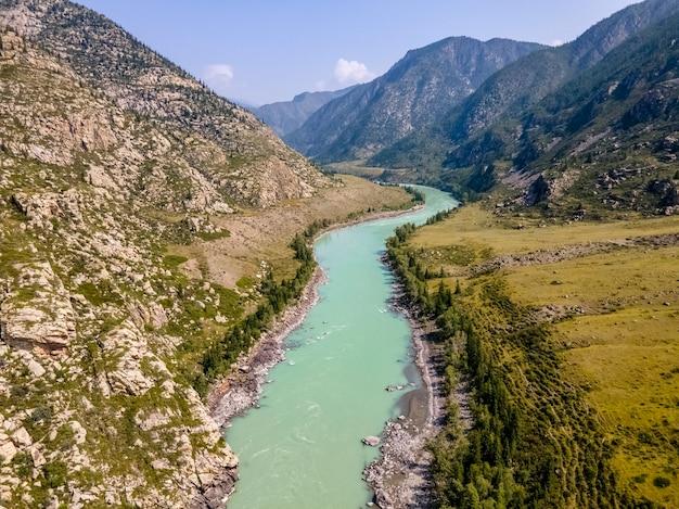 ターコイズブルーの水とカトゥニ川美しい風景山と丘アルタイ山脈ロシア
