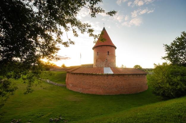 日没時の夏のゴシック様式のカウナス城、リトアニア