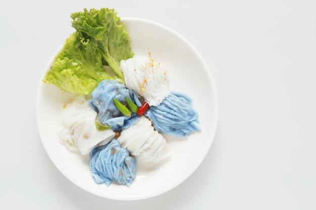 Изолированный свинина испаренный рис пакет азиатская тайская еда десерта, тайский звонок kaw-kreab-pak-moa. yummy еда таиланда любимая на белизне.