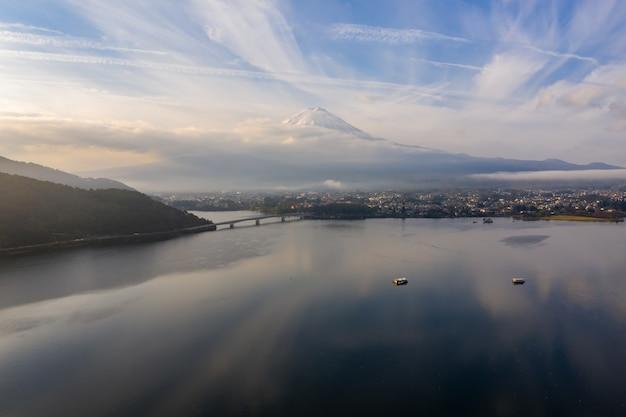 Вид с воздуха горы фудзи на озере японии kawaguchi в утре осени на большой возвышенности.