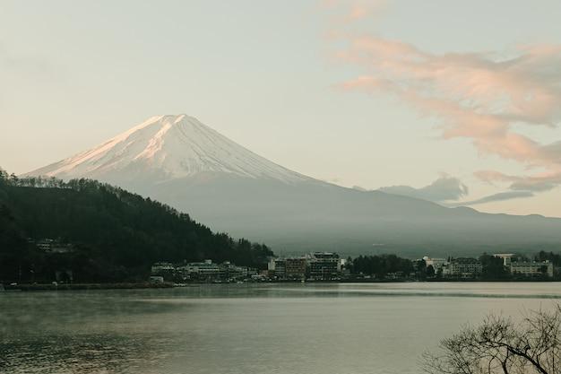 Ландшафт горного вида фудзи и озера kawaguchiko в восходе солнца утра, сезонах зимы на yamanachi, японии.