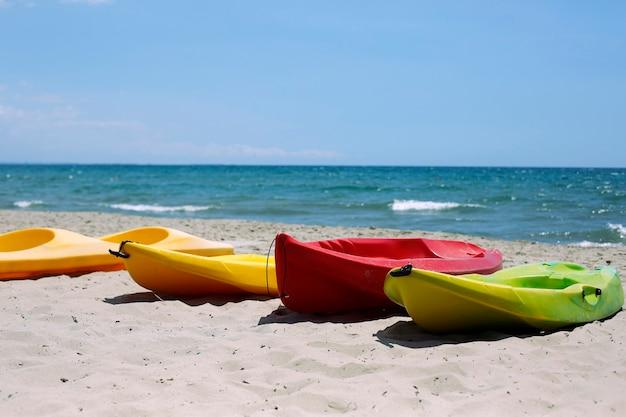 모래 해변에서 카약 카누 보트
