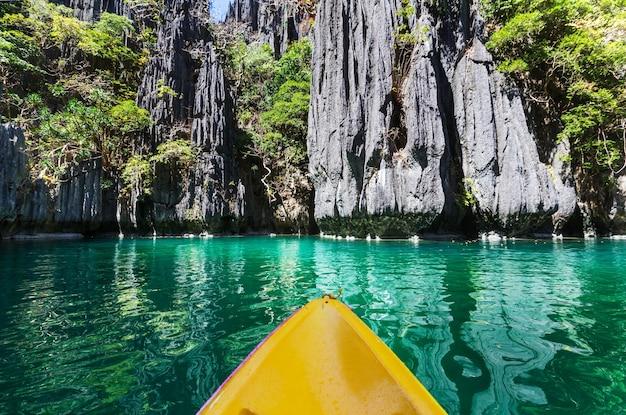 산 사이의 섬 석호에서 카약. 필리핀 팔라완 엘니도 카약 여행.