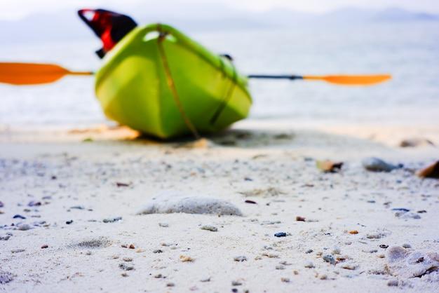 모래 아름 다운 열 대 해변에서 카약 태국 걸프입니다.