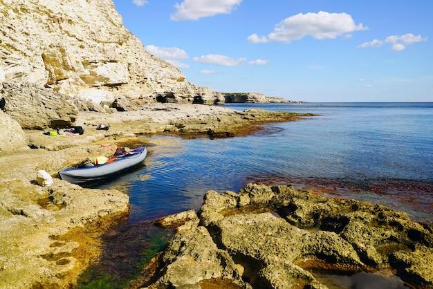 絵のような石のビーチにはカヌーがあります。