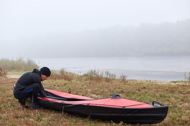 美しい空と水と湖の前のカヤック