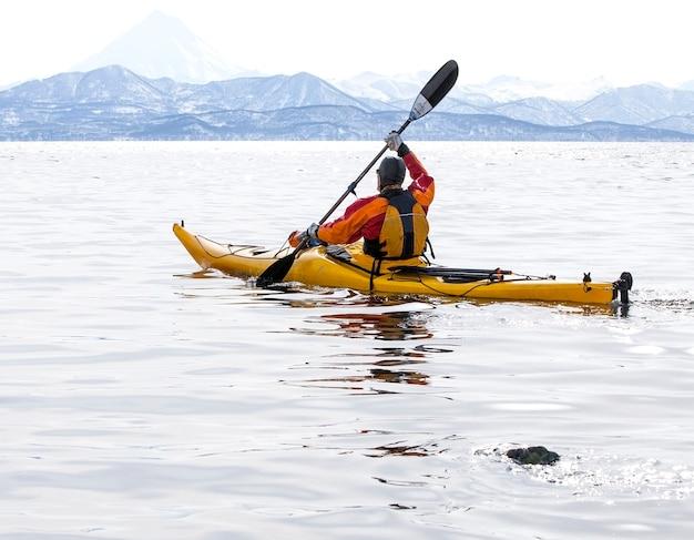 Каякер на катере в спокойном море на камчатке