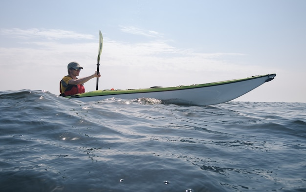 Каякер в открытом море. тема активного туризма
