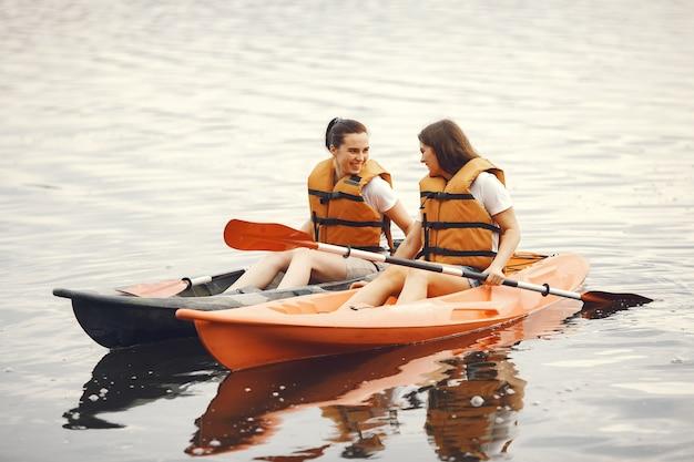 カヤック。カヤックの女性。水を漕ぐ女の子。