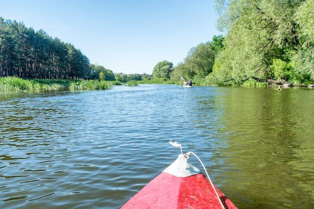 강에서 카약. 푸른 물과 푸른 나무가 있는 풍경