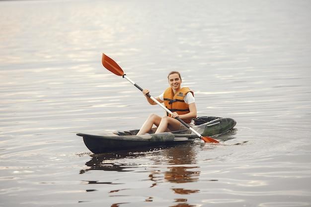 Kayak. una donna in kayak. ragazza che rema nell'acqua.