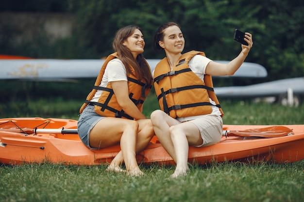 Kayak. una donna in kayak. le ragazze si preparano all'imbottitura su un lago.