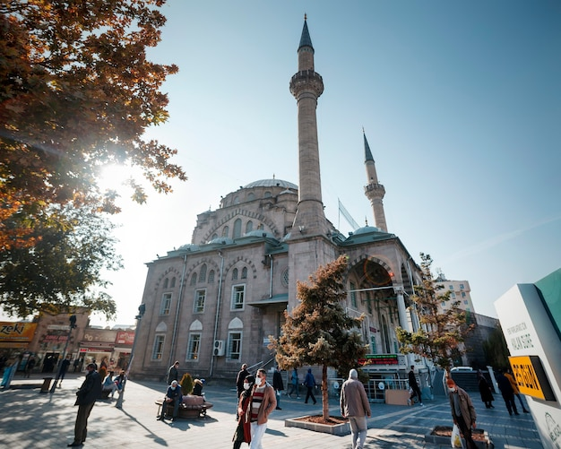 Kayseri, 터키 - 2020년 10월: cumhuriyet meydani 광장에 있는 burunguz camii 모스크와 kayseri 성. 모스크는 파괴된 2도어 모스크 대신 refik burunguz가 1977년에 지었습니다.