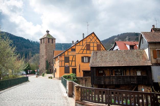 フランス、カイゼルスベルク。アルザスの歴史的な木骨造りの家がある通り