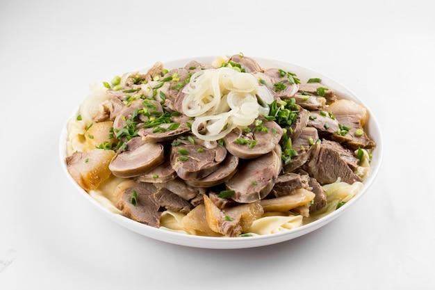Казахское национальное праздничное блюдо бешбармак с казы