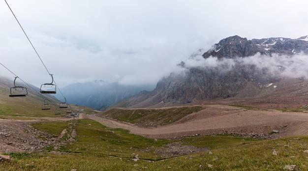 カザフスタンの山々。シムブラク州カザフスタンのメデオの曇り山。