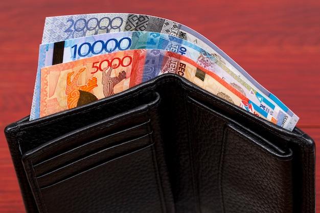 Казахстанские деньги тенге в кошельке