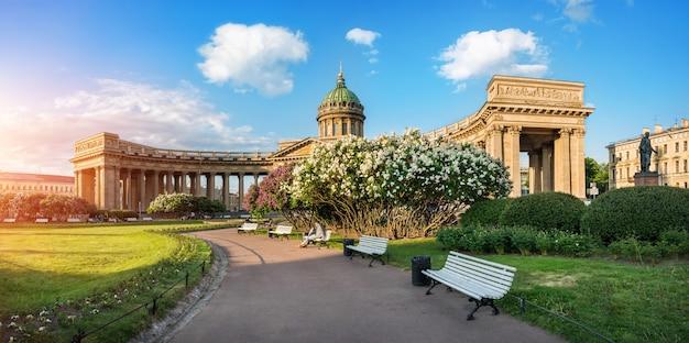 상트페테르부르크의 카잔 대성당, 아침 여름 태양과 꽃이 만발한 라일락 덤불