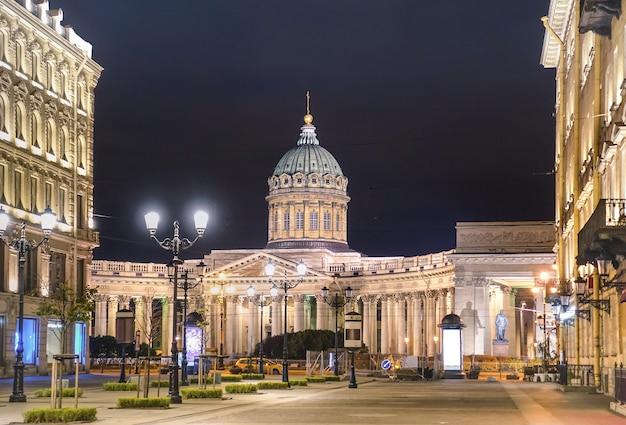Казанский собор на невском проспекте со стороны малой конюшенной улицы