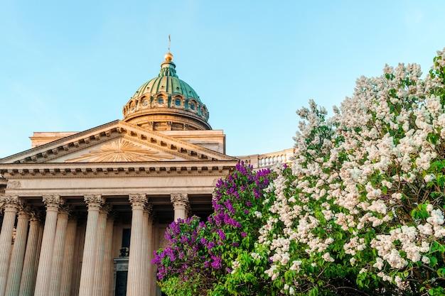 Казанский собор с цветущей сиренью летом в санкт-петербурге открытка туристический вид