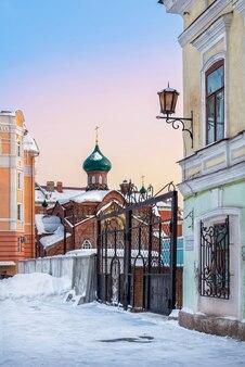 19세기와 21세기 두 시대의 두 집 사이에 있는 kazan old believers 교회