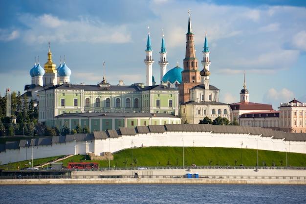 러시아 타타르스탄 공화국 카잔. 카잔카 강에서 대통령 궁, 수태고지 대성당, 소엠비카 타워, 콜샤리프 모스크가 있는 카잔 크렘린의 전망.