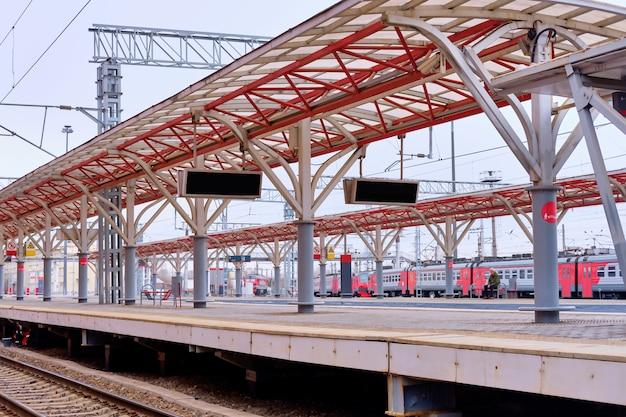 ロシア、カザン-04.21.2021カザン駅のホーム。パンデミックの最中に旅行する。さびれた電車の停留所。高価な列車の切符。観光の崩壊。旅行会社の破産