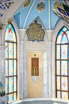 Казань, россия, 24 августа 2019 г .: мечеть кул шариф, интерьер главного зала с витражами