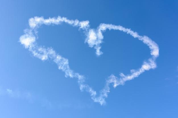 ロシア連邦カザン-2020年7月25日:航空休暇「私は空を選ぶ-2020」。ロシア航空艦隊の日。航空ショーのハートループ