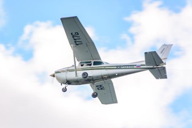 ロシア連邦カザン-2020年7月25日:航空休暇「私は空を選ぶ-2020」。ロシア航空艦隊の日。小型スポーツ航空機は航空ショーでアクロバットを行います。