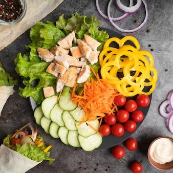 Кебаб на тарелке с мясом и овощами