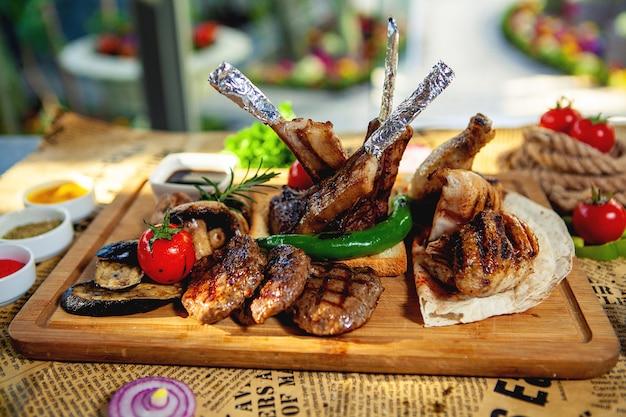 Piatto di kebab con spiedini di tikka, lula, pollo e verdure