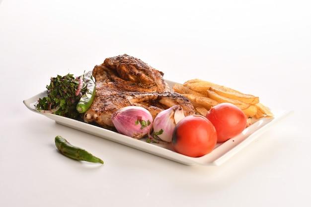 Кебаб традиционное турецкое греческое мясо и еда цыплят, изолированные на белом фоне
