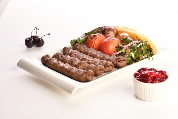 Кебаб традиционные турецкие греческие мясные блюда, изолированные на белом фоне