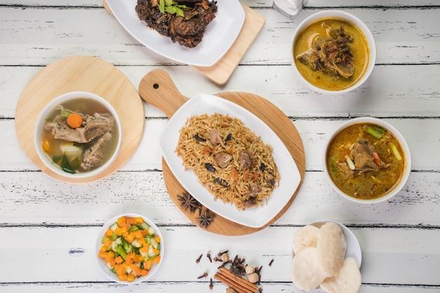 Рис кебули подается вместе с традиционным меню из индонезии меню для акики