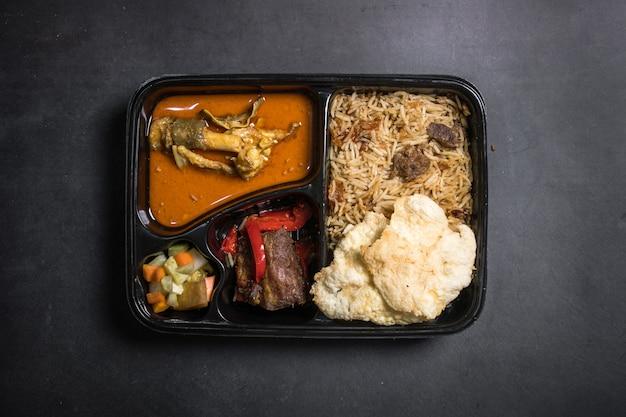 제품 검토를 위해 검은색 배경에 상자가 있는 케불리 쌀
