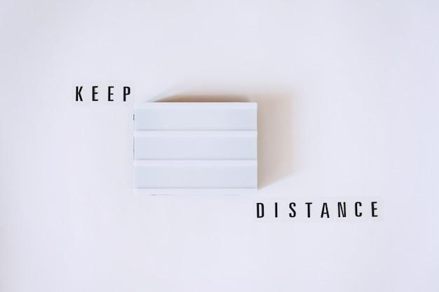 Keep distance, концепция социального дистанцирования с лайтбоксом