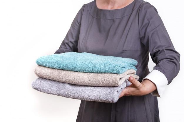 Держите домработницу горничной в чистоте прислуга персонал отеля полотенце краска волосы белый синий руки женщина служанка