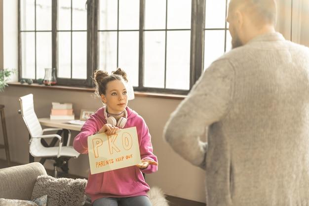 입장 금지. 사랑하는 아버지와 그녀의 문제를 공유하지 않는 깊은 우울증을 가진 십대 소녀
