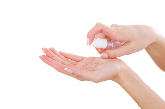 손을 깨끗하게 유지합니다. 흰색에 고립 된 동안 손바닥에 액체 비누를 붓는 여자의 클로즈업
