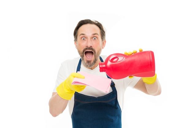 그의 집을 깨끗하게 유지하기. 와이퍼에 가정용 세탁 세제를 붓는 충격된 청소 남자. 고무 장갑을 끼고 입을 벌리고 있는 성숙한 홈키퍼. 집 청소 및 세탁 서비스를 제공합니다.