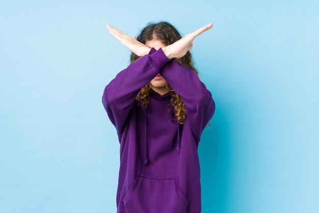 Держать две руки скрещенными, концепция отрицания.