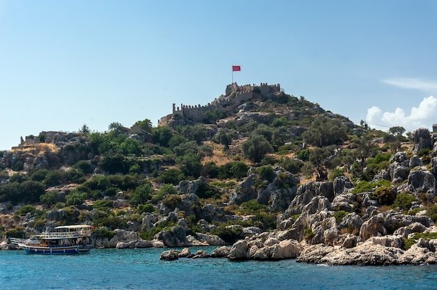 Kekova、トルコ。トルコ、ケコバの湾と城の眺め。