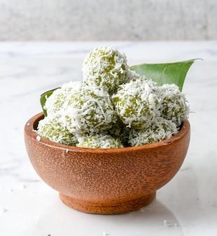 Келепон - это традиционная индонезийская сладкая закуска из клейкого риса, имеющая форму небольшого шарика.