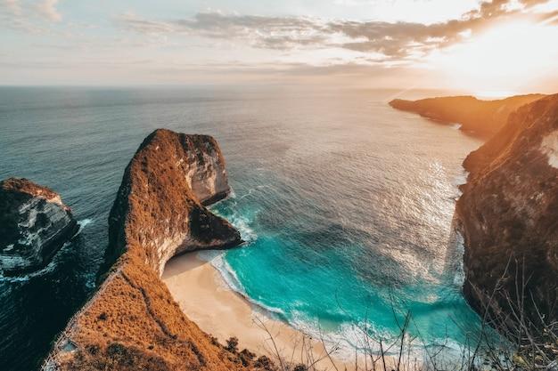 Аэрофотоснимок ландшафта с пляжем kelingking, остров нуса пенида, бали, индонезия