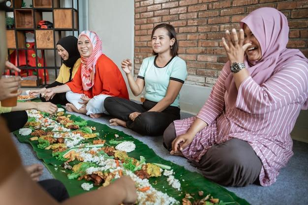 Kembulan яванцы едят традиции вместе