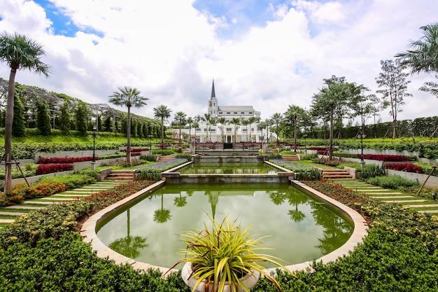 Красивый сад в отеле kensington english, накхонратчасима, таиланд