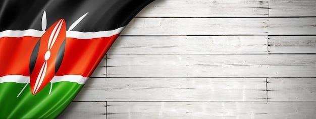 Флаг кении на старой белой стене. горизонтальный панорамный баннер.