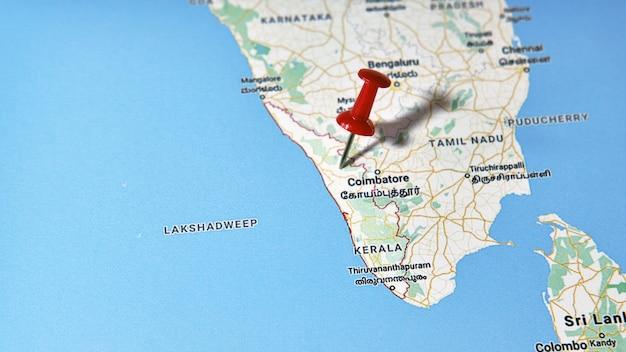 色付きのピンを示す地図上のケララ州、インド